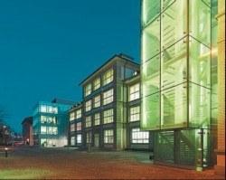 Ein Blick auf den Haupteingang der IWC. Das innovative Gebäudesystem ermöglicht der Uhrmacherei eine hochmoderne, staubfreie Arbeitsumgebung mit konstanten Licht- und Temperaturverhältnissen