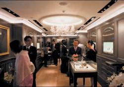 Aus einer Hand – nicht nur die Uhren, sondern auch die Boutiquen sind wiedererkennbar Lange, ob in Dresden oder Tokio