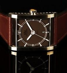 Durch eine spezielle Bearbeitung von Glas und Gehäuse ist die Cameo für eine rechteckige Uhr besonders druckfest
