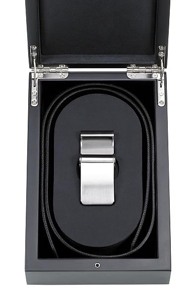 Hochwertig verpackt: Schließe und Gürtel werden mit einer Holzschatulle ausgeliefert