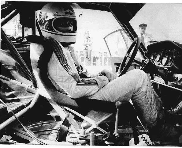 Kurze Auszeit im Cockpit seines Porsche: Jochen Maas