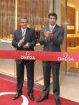 Omega-Chef Steven Urquhart ließ es sich nicht nehmen, Michael Phelps bei der Eröffnungsfeier der Omega-Boutique zu Begrüßen