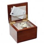 Die mitgelieferte Holzbox ist ein passender Aufbewahrungsort, wenn die Uhr mal nicht getragen wird