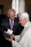 Gastgeschenk: Papst Benedikt XVI. bekam von Volker Kauder ein Uhrenmodell von Erhard Junghans
