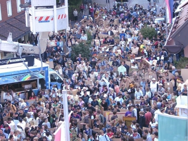 Eine Stadt im Uhrenfieber: 1.500 Menschen kamen als Uhr verkleidet zusammen
