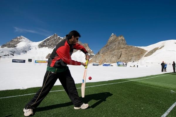 Longines stiftet Preise für legendäre Cricketspieler am Jungfrauenjoch (Schweiz)