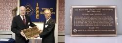 Übergabe des Milestone Award im April 2004