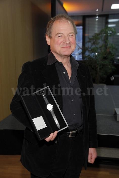 Schauspieler Burghart Klaußner mit seiner Auszeichung der Nomos Tangente
