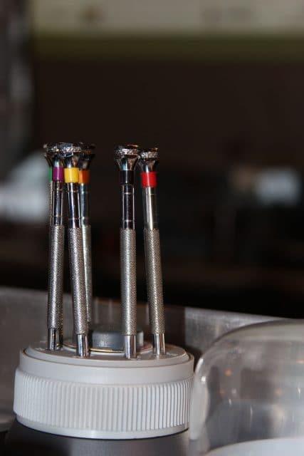 Schraubendreher zum Metallarmband kürzen