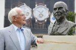 Walter Lange, der Gründer der Lange Uhren GmbH, mit der Büste des Urgroßvaters