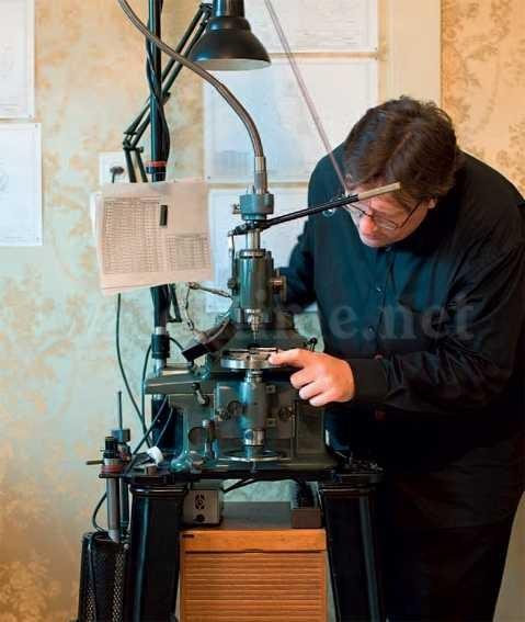 Von Hand geführte Dreh- und Fräsmaschinen ersetzten computergesteuerte