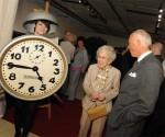 """Ein  """"Weckermädle"""" im historischen Kostüm aus den 1950er Jahren begrüßte die Gäste, unter anderem die Mutter des Eigentümers Dr. Hans-Jochem Steim, Liesel Steim"""