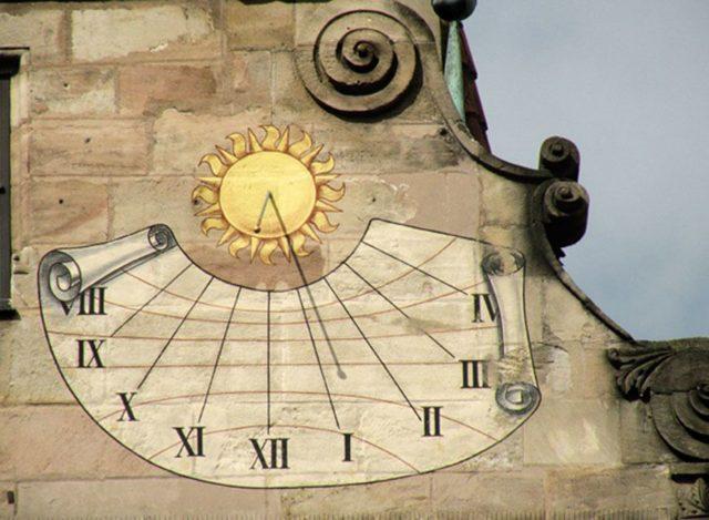 Sonnenuhr am Fembohaus in Nürnberg (um 1600) // ©kladu/www.pixelio.de