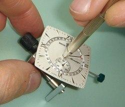 Aufsetzen des Zeigers für das Datum: Revue Thommen hat ein selbstkonstruiertes Uhrwerk mit Zeigerdatum