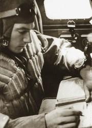 Der Navigator beziehungsweise Beobachter an Bord deutscher Flugzeuge der Luftwaffe war für die Bestimmung der genauen Position zuständig. Dazu benötigte er eine absolut präzise Uhr