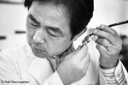 Seikos Uhrmachermeister Kenji Shiohara lauscht dem sanften Klang der Credor