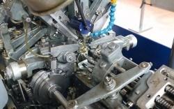 Leistungsstark und effektiv: Alte Drehmaschinen lohnen sich bei der Herstellung sehr großer Stückzahlen. Die Steuerung erfolgt durch Kurvenscheiben (links unten)