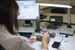 Akribie: Spezielle Apparate nehmen die winzig kleinen Werkstücke auf und geben deren Maße zur Qualitätskontrolle automatisch in einen Computer ein