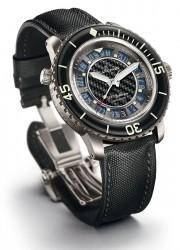 Einzelstück: 2009 kreiert Blancpain für eine Wohltätigkeitsauktion die »500 Fathoms Only Watch«, ausgestattet mit automatischem Helium-Dekompressionsventil, Zifferblatt mit Carbonfaser und Reif aus rauchblauem Saphir, Datum, Automatikaufzug, Titangehäuse
