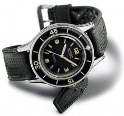 Ursprungsmodell: Das erste Modell der Fifty Fathoms von 1953 mit einem Durchmesser von 42 Millimetern. Das schwarze Zifferblatt, die schwarze Lünette und die robuste Wasserdichtheit machen sie zur Kultuhr