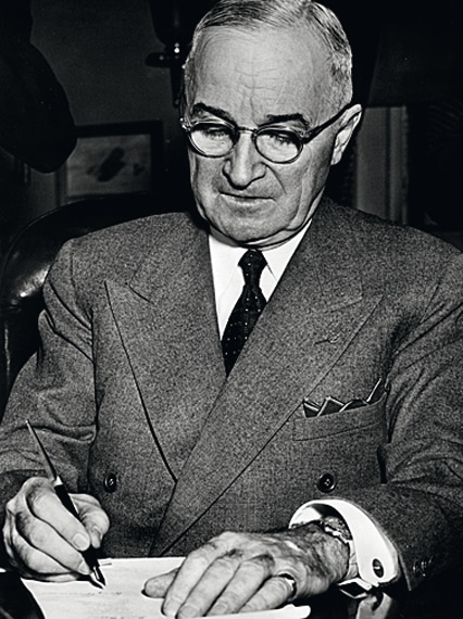 US Präsident Truman im Jahr 1953 mit einem Folgemodell am Arm