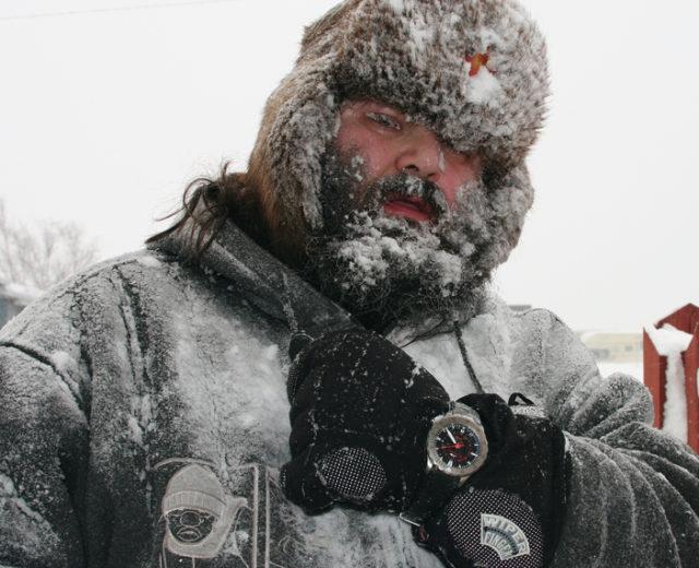 Der Kanadier Tim Thompson trägt seine Sinn U2 über dem Handschuh. Dank Spezialöl hält sie das bis –45° aus