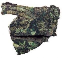 Rost und Ablagerungen haben den Fragmenten bis zur Entdeckung im Jahr 1901 schwer zugesetzt