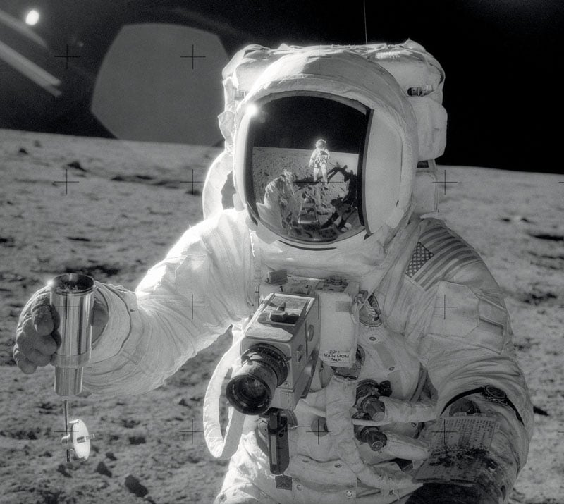 Die Speedmaster auf dem Mond: Alan Bean nimmt im November 1969 Bodenproben