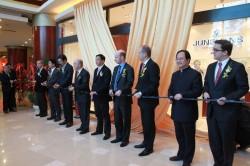 Dr. Hans-Jochem Steim (6. v. r.), Sohn Hannes Steim (4. v. r.) und Matthias Stotz (3. v. r.) feiern die Eröffnung des ersten Junghans Store in Taicang, China