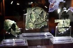 Das Uhrwerk wird neben neben den Schiffswrackteilen, Artefakten und Fragmenten des Mechanismus von Antikythera ausgestellt