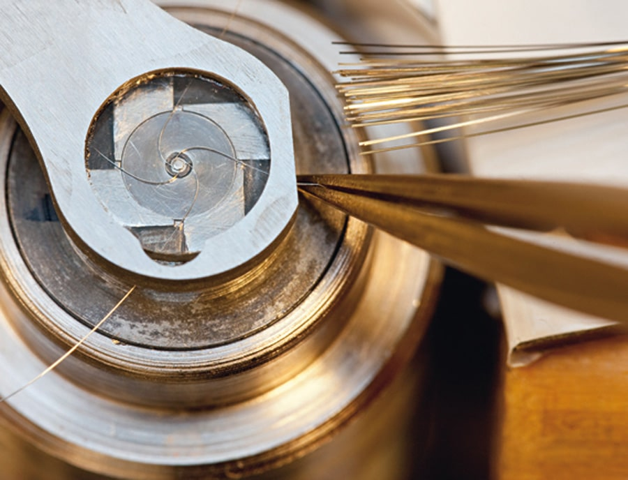 Bei A. Lange & Söhne werden vier Metallbänder zu Spiralen aufgewickelt.