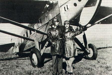 Antoine de Saint-Exupery (links) und sein Freund Henri Guillaumet in Argentinien im Jahr 1930