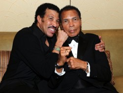 Sänger Lionel Richie und Buxlegende Muhammad Ali bei der Celebrity Fight Night in Phoenix