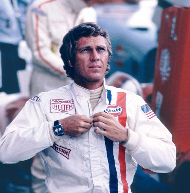 """Steve McQueen mit der Monaco am Arm und dem Heuer-Logo auf dem Anzug im Film """"Le Mans"""""""