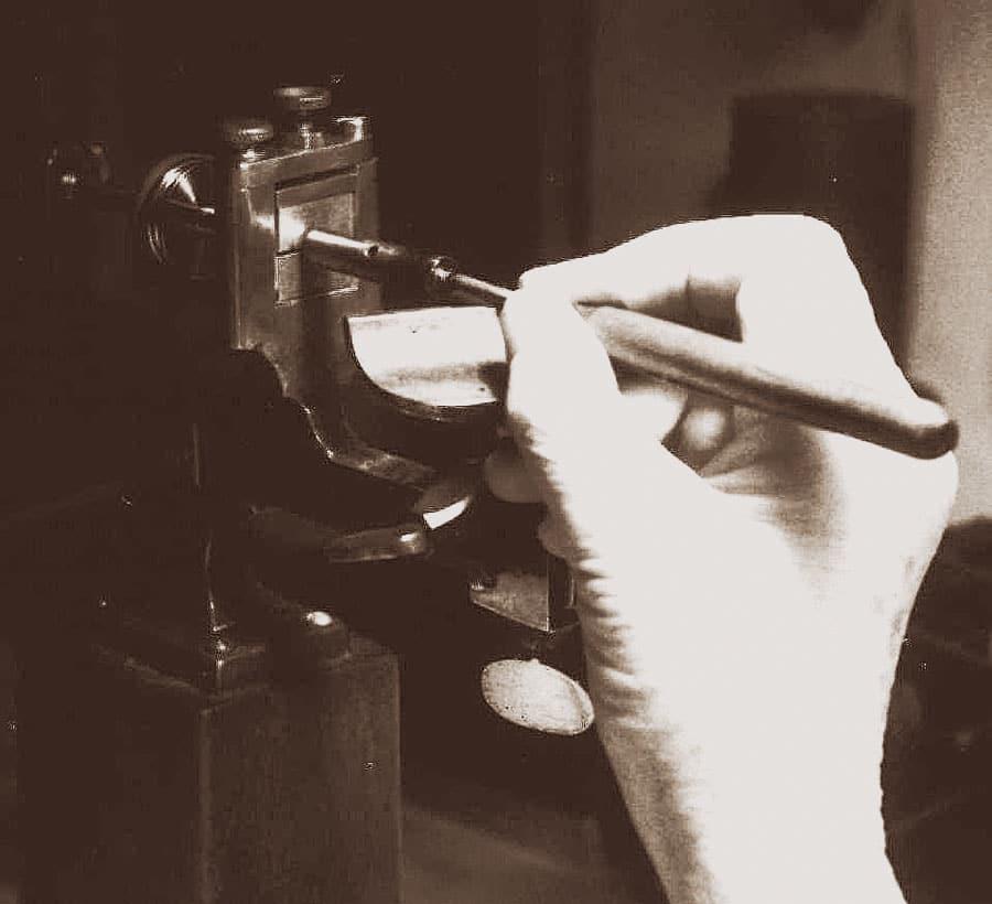 Bei der historischen Herstellung wurde das Loch von Hand gebohrt, zentriert und poliert