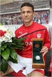 Der Niederländer Khalid Boulahrouz bekam vom VfB einen Chronoswiss Pacific Chronograph überreicht