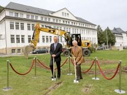 Spatenstich für das neue Gebäude: Wilhelm Schmidt, CEO und Walter Lange, Urenkel des Firmengründers Ferdinand Adolph Lange