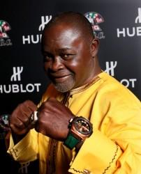 Boxlegende Azumah Nelson mit der von ihm signierten Hublot-Uhr