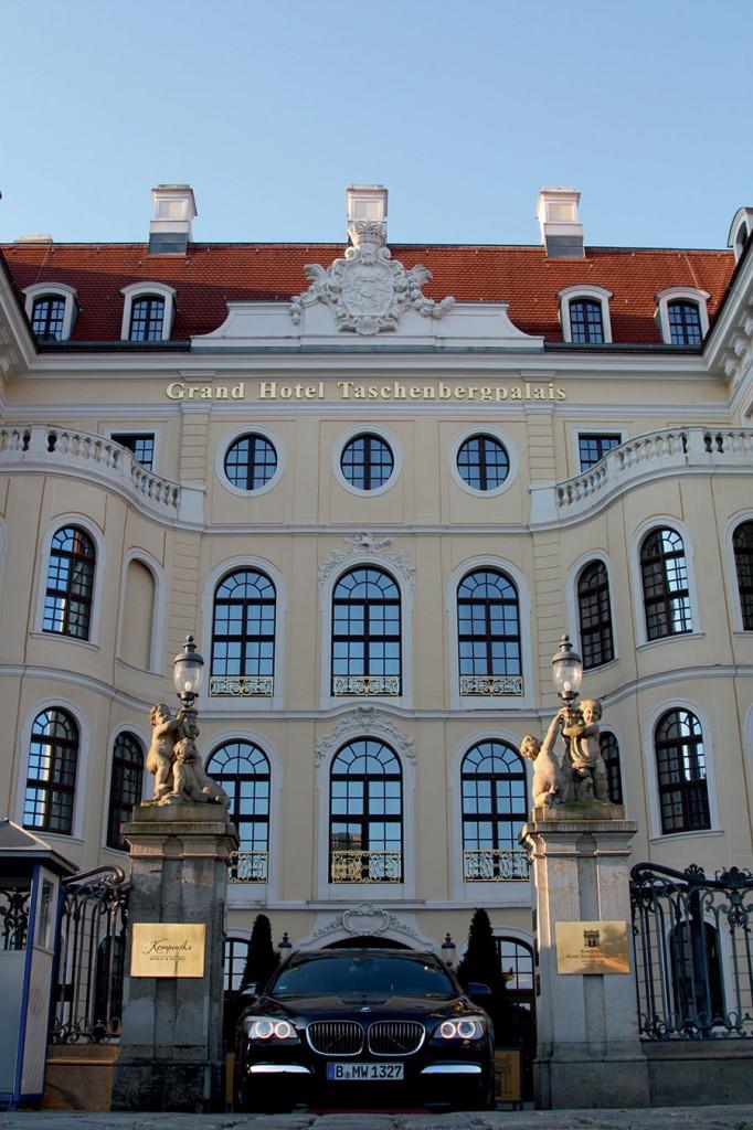 Barocke Unterkunft: Das Taschenbergpalais in Dresden liegt neben der Residenz und gegenüber dem Dresdner Zwinger. Also Sponsor sorgte BMW für den Transfer von Dresden nach Glashütte