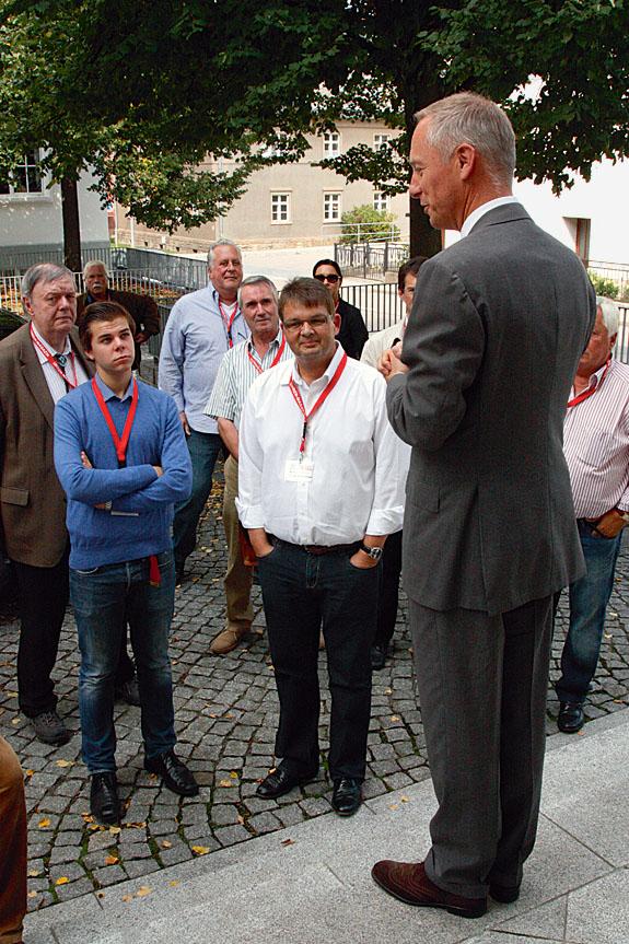 Der CEO von A. Lange & Söhne, Wilhelm Schmid, begrüßt die UHRENMAGAZIN-Leser und verkündet den Bau einer neuen Produktionshalle
