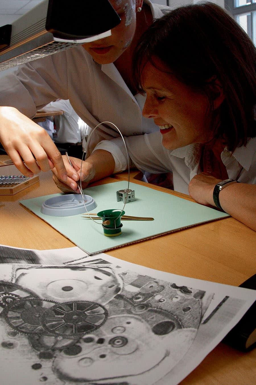Die UHRENMAGAZIN-Leser dürfen sich in der Uhrmacherschule Alfred Helwig von Glashütte Original unter Anleitung selbst an einem Werk versuchen