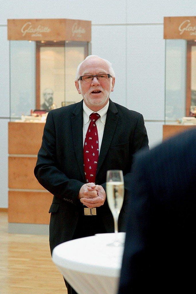 Günter Wiegand, CEO von Glashütte Original, erzählt mit viel Witz die wechselvolle Geschichte der Glashütter Uhrenbetriebe (GUB), die die DDR mit robusten Armbanduhren versorgte