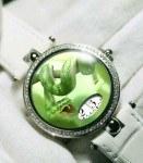 Auch die Green Snake von Angular Momentum zeigt die Uhrzeit digital über einen Ausschnitt auf dem Zifferblatt an