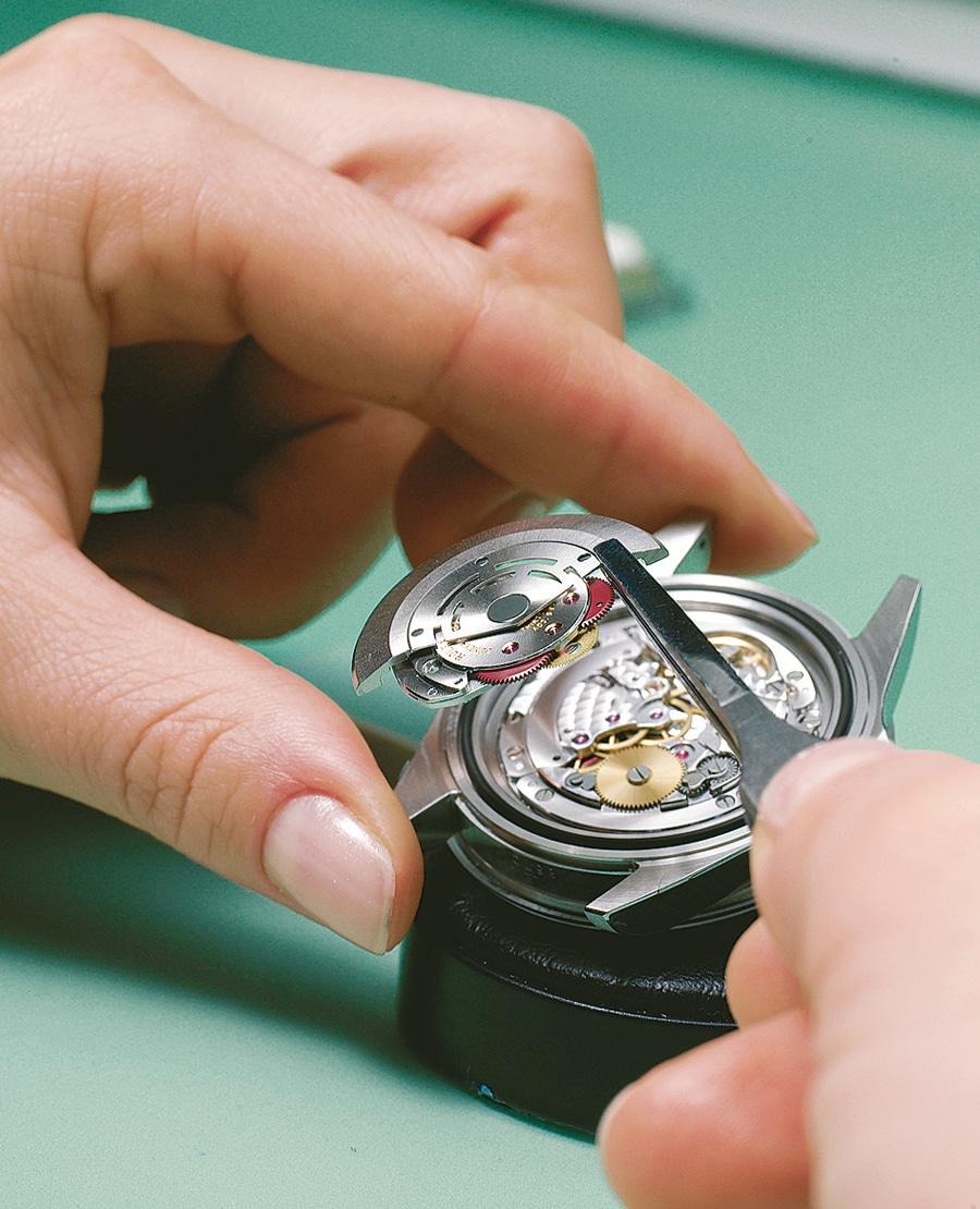 Der Zusammenbau der Uhren erfolgt im Rolex-Hauptsitz im Viertel Acacias. Hier wird gerade die Automatik-Baugruppe eingesetzt