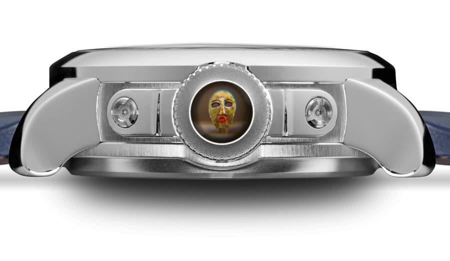 Durch die zweite Krone kann das Miniaturkunstwerk betrachtet werden