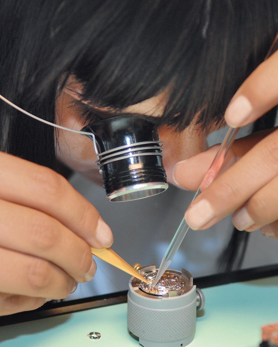 Die maschinell hergestellten Teile werden in Handarbeit zu Uhrwerken zusammengebaut