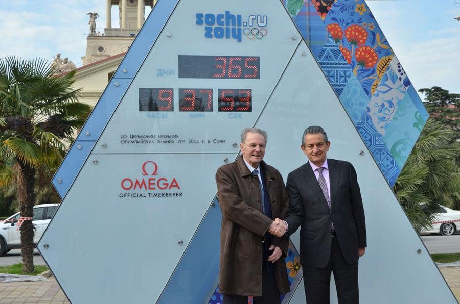 Omega Präsident Stephen Urquhart und Jacques Rogge vom Internationalen Olympischen Komitee vor der OMEGA Countdown-Uhr in Sotschi