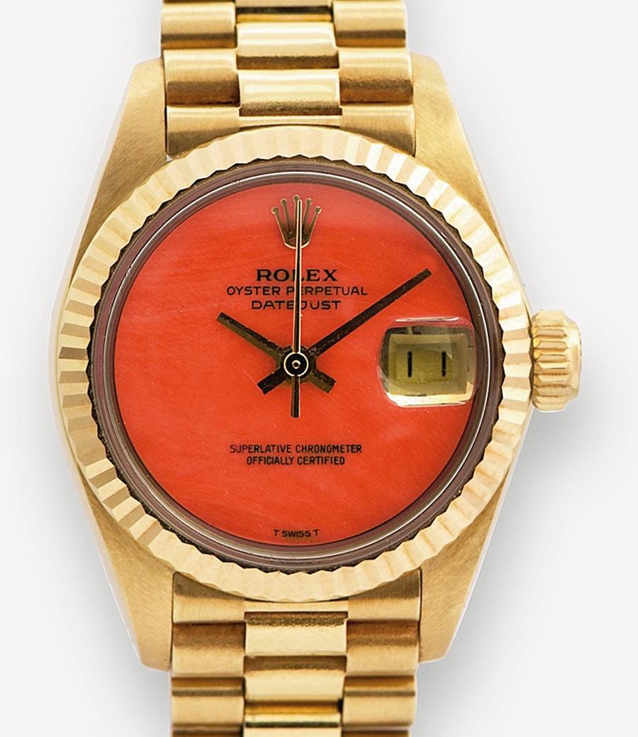 Koralle am Arm: Das Zifferblatt der seltenen Datejust von 1975 besteht aus geschliffener und polierter Koralle. Die Gelbgold-Uhr trägt das Band ihrer große Schwester Day-Date, das Präsident-Band.