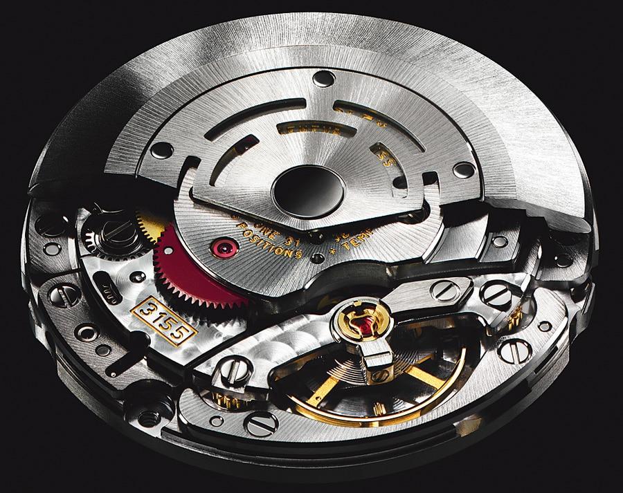Automatik-Kaliber 3155, Antrieb der Day-Date seit 1988. Seine Kennzeichen: 48 Stunden Gangreserve, rot eloxierte Reduktionsräder der Automatikeinheit, 31 Rubine und die Kif-Stoßsicherung