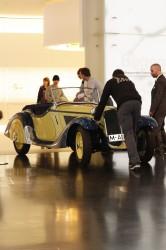 Die Ausstellungsstücke werden beiseite geräumt, um für die Preisverleihung der Goldenen Unruh 2013 Platz zu schaffen.